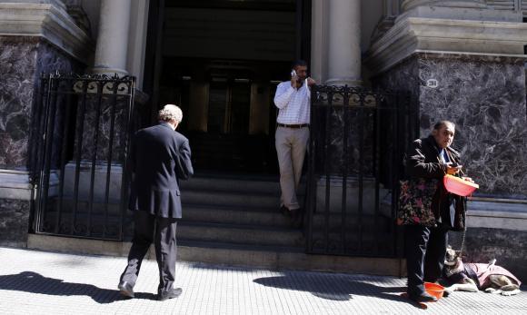 Argentina defiende su pol�tica monetaria pese a ca�da en reservas de divisas