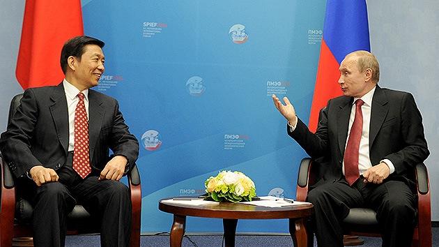 El acercamiento de Rusia y China amenaza al dominio del d�lar